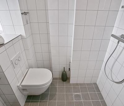 Nyt lille københavner badeværelse med Duravit toilet og Oras armatur i København Ø