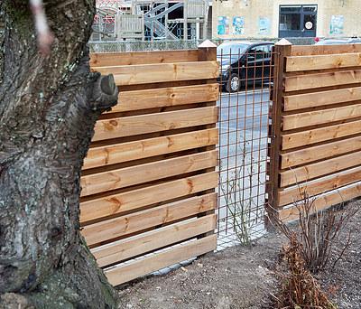 Nyt plankehegn i træ omkring have i Hvidovre nær København