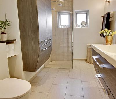 Nyt flot badeværelse med Ifö toilet og travertin fliser i Havdrup nær Køge