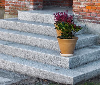 Flot udendørs trappe med store granitsten til hus i Odense