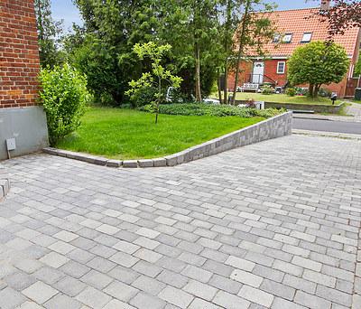 Ny belægning med herregårdssten til indkørsel og terrasse i Lyngby nord for København