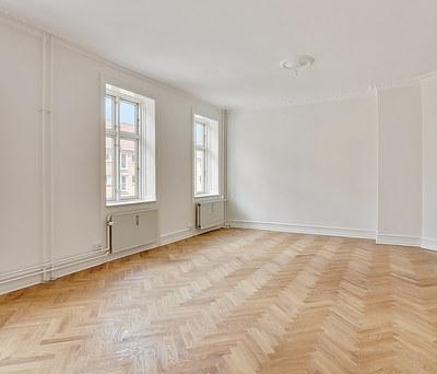 Flot renovering af 90 m2 lejlighed inkl. sildebensparket gulv på Frederiksberg