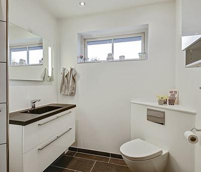 Nyt badeværelse med Tarkett gulv samt ny entré i Nyborg på Fyn