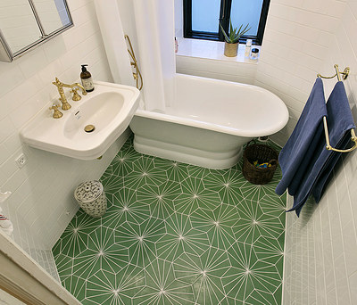 Nyt badeværelse med badekar og guld armaturer lavet af JK Murerfirma på Østerbro i København