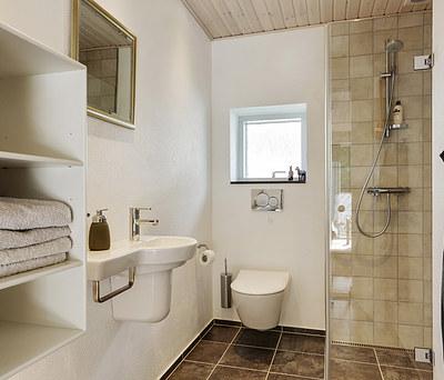 Nyt badeværelse og gæstetoilet med Damixa vandhane i Rødding nær Kolding