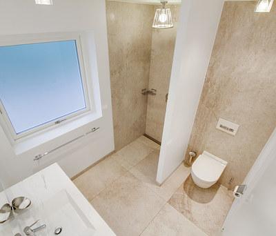 Nyt 7 m2 badeværelse med én stor vægflise og Hansgrohe armaturer i Hillerød