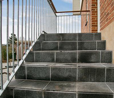 Ny udendørs hovedtrappe med beton og granitfliser i Brønshøj nær København