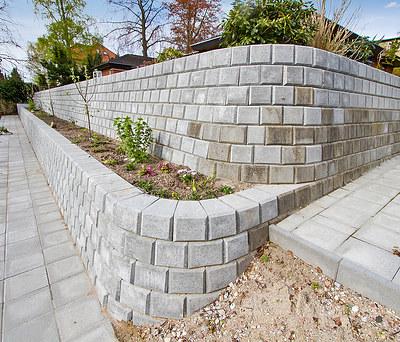 Ny flot støttemur i danblokke til have i Rungsted