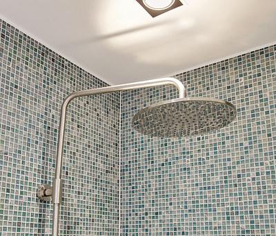Nyt 6 m2 badeværelse med badekar og flotte mosaikker i Hillerød