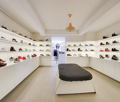 Custommade skobutik med indbyggede reoler, skabe og siddepladser i København
